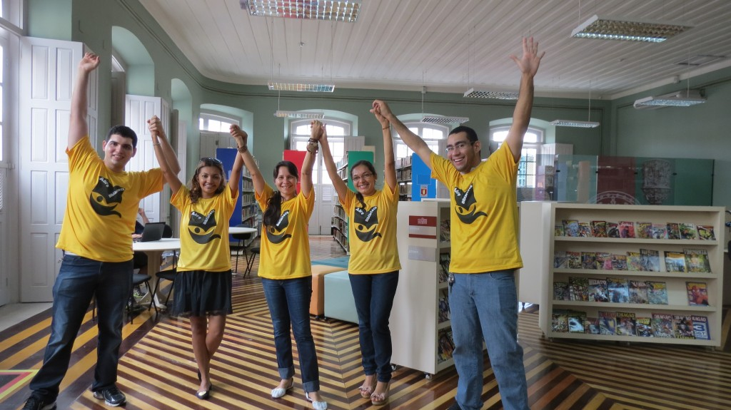 Integrantes do Abre Biblioteca comemoram a reabertura - foto por Gutemberg Praia