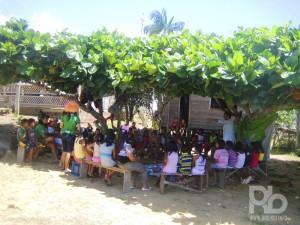 Soraia Magalhães - Quem está estimulando a leitura no Amazonas - A sombra de uma arvore é o melhor lugar - Foto Adriana Bolzan - COMTAG