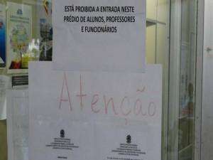 Aviso colado à porta do IB e assinado pela direção alerta para comprometimento das estruturas do prédio -  Foto: Diretório Acadêmico Luiz Andrade