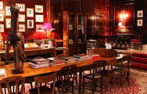 Detalhes da grande mesa central, de origem francesa, e suas cadeiras, uma diferente da outra (Foto: Divulgação)
