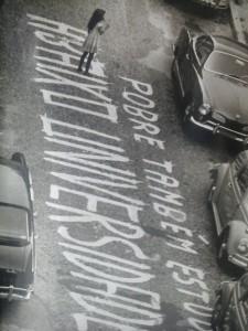"""""""Pobre também estuda, abaixo universidade"""", pixada no asfalto. Foto: Altair Barros/Arquivo Nacional"""