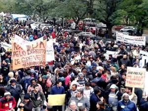 Milhares protestam contra a política de sucateamento das universidades públicas em São Paulo. Foto: Sindicato dos Trabalhadores da USP