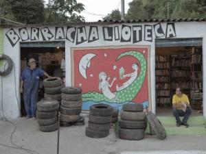 Fachada da Borrachalioteca em Sabará, com seu Joaquim (pai) e Marco Túlio – Foto: Blog Borrachalioteca