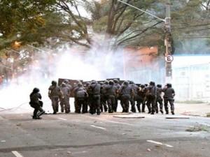 """Bombas e balas de borracha para """"dialogar"""" com funcionários e estudantes. Foto: Sindicato dos Trabalhadores da USP"""
