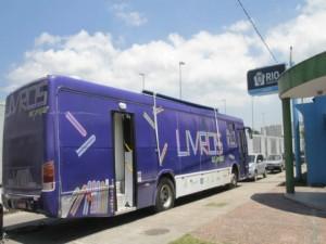 Livros nas Praças. Ônibus biblioteca roda pelas comunidades do Rio - Fernanda Dias / Agência O Globo