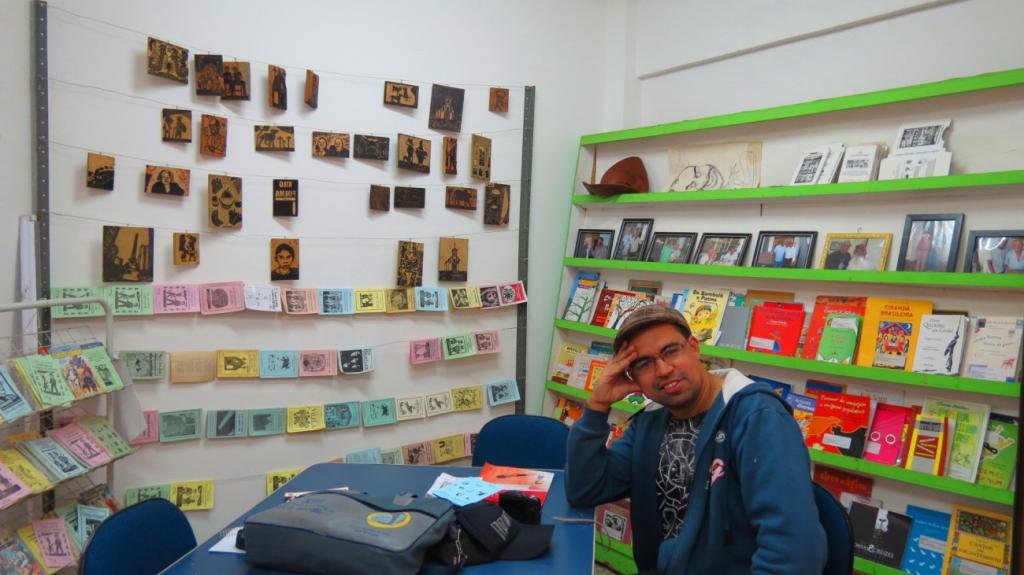Marco Túlio em meio a Cordelteca, na Casa das Artes – Foto: Soraia Magalhães