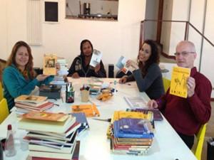 Moradores catalogaram livros e foram formados como agentes de leitura. Foto: upprj.com.