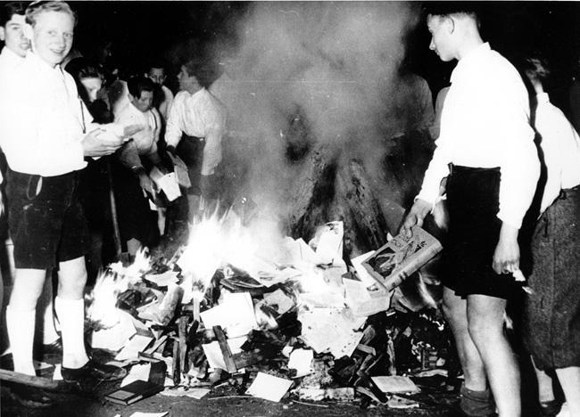 Membros da juventude do Partido Nazista promovem queima de livros censurados. Salzburgo, Áustria, abril de 1938