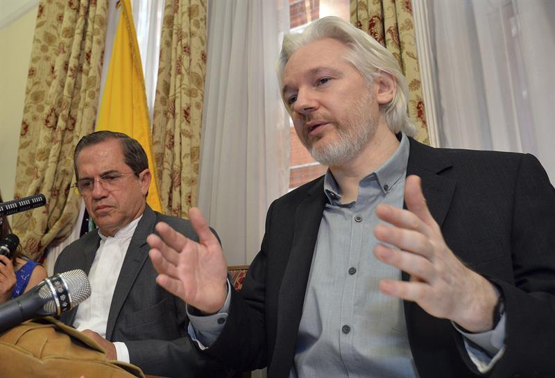 Assange durante coletiva de imprensa concedida na embaixada do Equador em agosto. Foto: Agência EFE