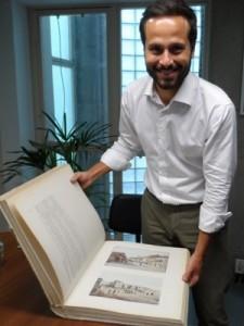 Calero mostra uma das ilustrações do livro de Gilberto Ferrez e Castro Maya (Foto: Lilian Quaino/G1)