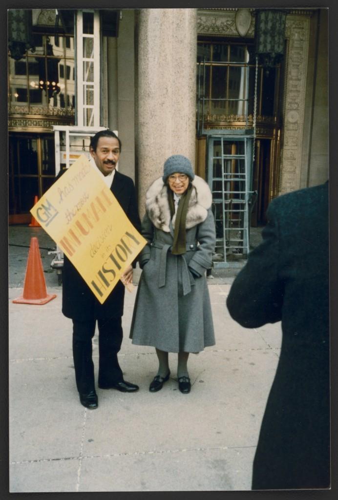Rosa Parks e o congressista John Conyers, em Detroit, Michigan, em 1990. Fotógrafo não identificado – Foto: Library of Congress, cortesia de Rosa and Raymond Parks Institute for Self Development