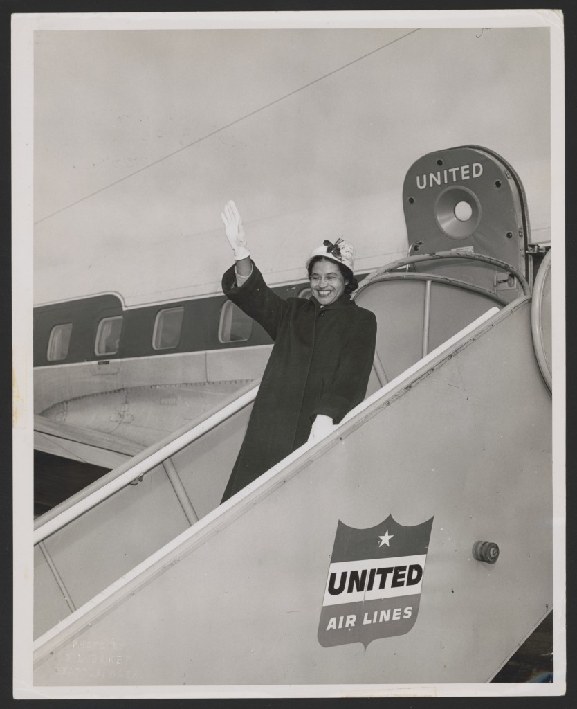 Rosa Parks acenando de uma aeronave da United Air Lines, em Seattle, Washington. Fotografia de Gil Baker (1956) – Foto: Library of Congress, cortesia de Rosa and Raymond Parks Institute for Self Development