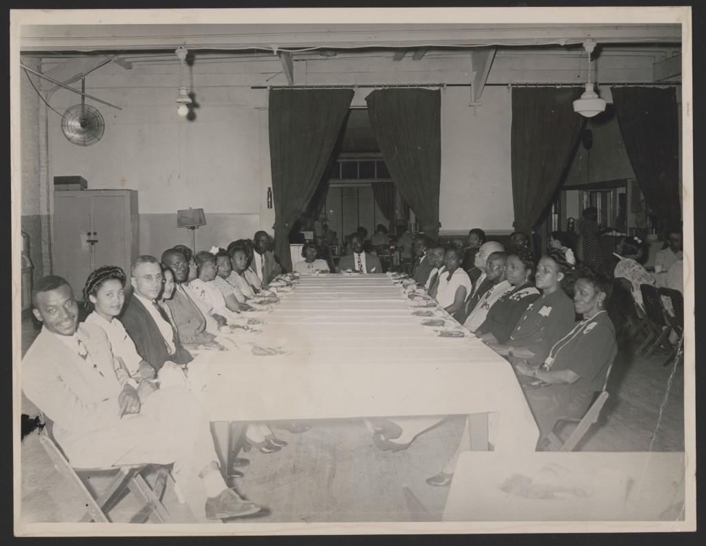 Rosa e Raymond Parks sentados à mesa, do lado esquerdo nas terceira e quarta cadeiras, em uma reunião da NAACP em MOntgomery, Alabama – Foto: Library of Congress, cortesia de Rosa and Raymond Parks Institute for Self Development