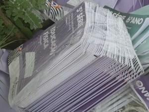 Livros foram encontrados em um terreno baldio (Foto: Reprodução / TV TEM)