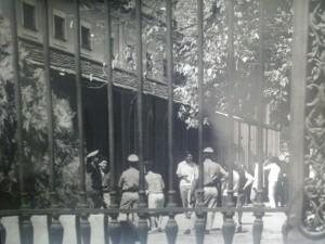 Militares e estudantes conversando no campus da Praia Vermelha em 22/09/1966. Foto: F. Milton