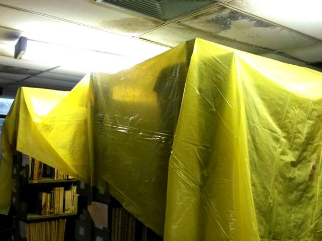 Biblioteca tem infiltrações e goteiras; livros foram cobertos com plásticos (Foto: Wellinson Maximin/Arquivo Pessoal)