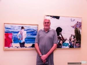 John Nicholson ao lado de suas obras Foto: Leo Zulluh