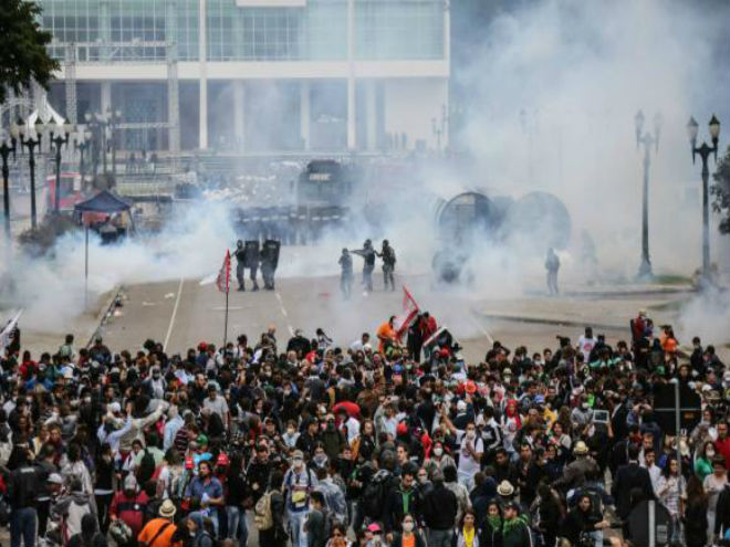 Os manifestantes, em greve desde segunda-feira, protestavam contra um projeto de lei (PL) que altera a Previdência estadualDivulgação/Joka Madruga/APP-Sindicato