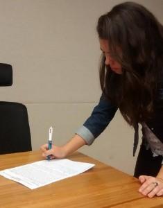 Bibliotecária Marina Luiza assinando o abaixo-assinado pela convocação dos aprovados no último concurso do DF. Foto: Bruna Pimentel