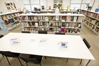 Biblioteca da Casa Daros tem cerca de 7 mil volumes