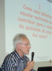 Gunter Schlamp explica que  em seu país a escola oferece para um ou dois professores a formação de professor-bibliotecário ou de especialista em mídias