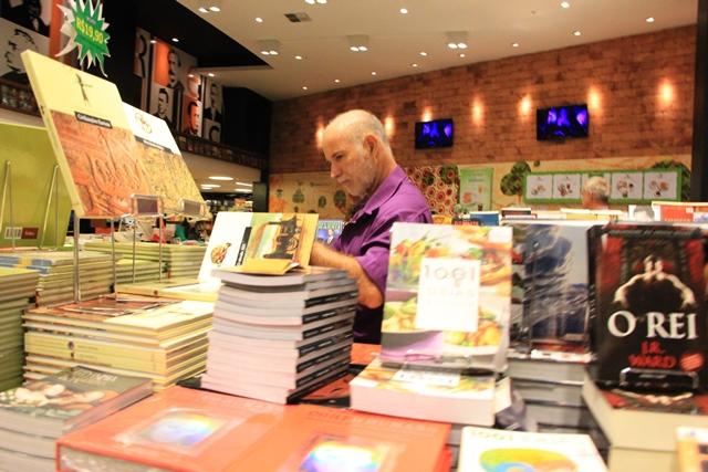 Apesar da grande oferta de informações por meio virtual, na avaliação de especialistas, quem tem o hábito da leitura não abdica da aquisição de livros. Foto: tribunahoje.com