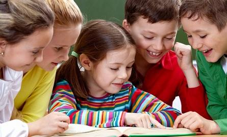 Crianças lendo livro (Foto: Shutterstock)