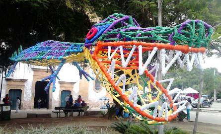 Um jacaré colorido nas ruas de Paraty. Foto: Lúcia Cardoso/Agência Biblioo
