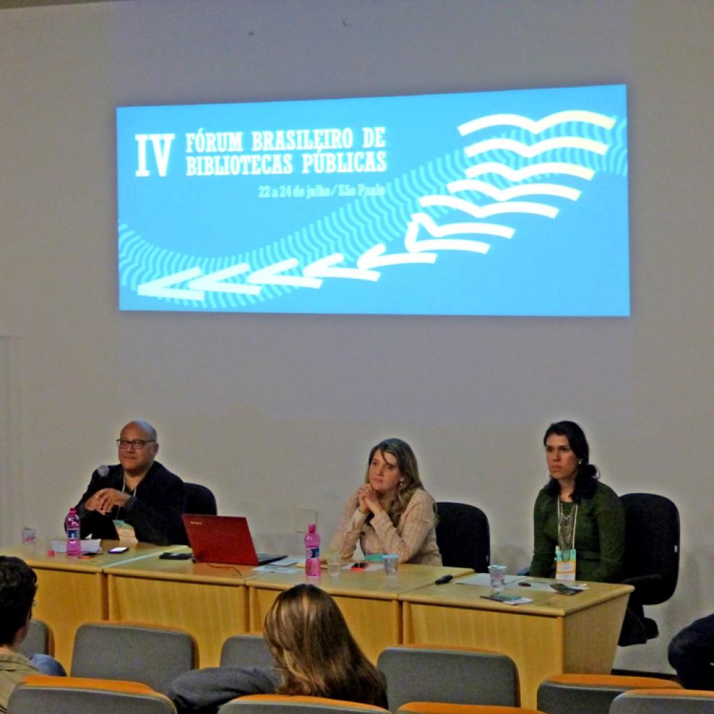 Segunda mesa do IV Fórum Brasileiro de Bibliotecas Públicas com Wagner Santana, Veridiana Negrini e Marina Nogueira