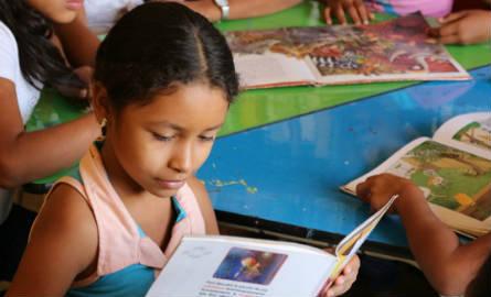 Una niña oriunda de Atánquez lee en las instalaciones de la biblioteca 'Kankuaka'. Foto: El Heraldo