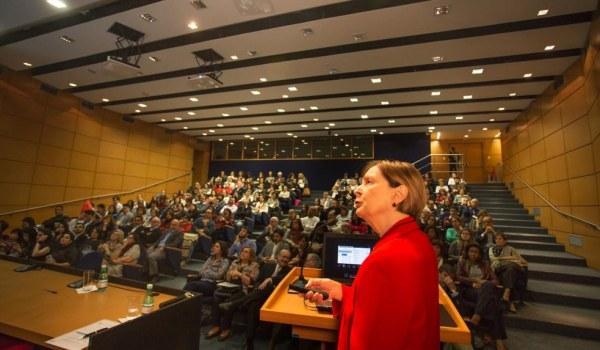 Rosaly Favero Krzyzanowski, coordenadora da BV-FAPESP, em palestra durante o evento (foto: Leandro Negro / Ag.FAPESP)