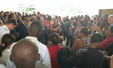 Amigos e parentes fizeram uma oração no velório de Raquel e Talita Amancio (Foto: Cristina Boeckel / G1)