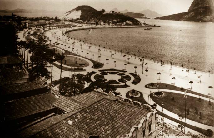 Vista para a Enseada do Botafogo, com a então Avenida Beira-Mar, mostrando os jardins construídos. (Foto: Arquivo Geral da Cidade do Rio de Janeiro)