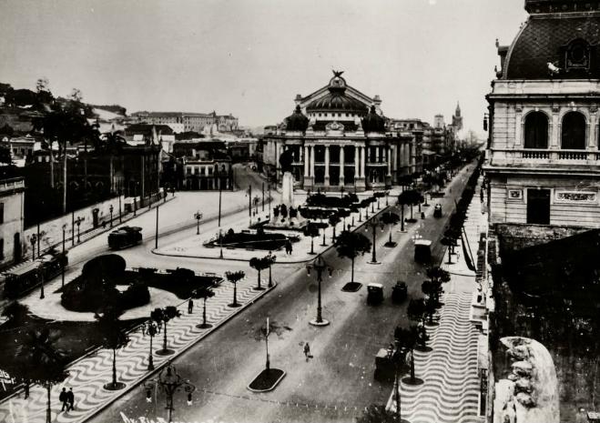 Avenida Rio Branco localizada no Centro do Rio de Janeiro com o Teatro Municipal ao centro. (Foto: Arquivo Geral da Cidade do Rio de Janeiro)
