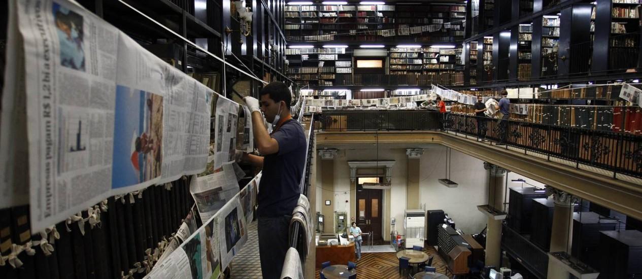 Em 2012, técnicos da Biblioteca Nacional precisaram colocar jornais do acervo para sacar em varais após vazamento - Pablo Jacob (arquivo) / O Globo