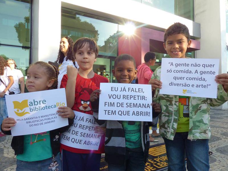 Crianças participaram de ato do Movimento Abre Biblioteca em mio de 2015 em frente à Biblioteca Parque Estadual do Rio. Foto: Hanna Gledyz / Agência Biblioo.