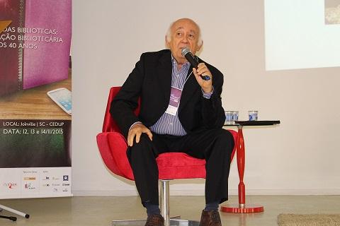 Briquet de Lemos em apresentação no 33º Painel de Biblioteconomia de SC. Foto: Chico de Paula / Agência Biblioo