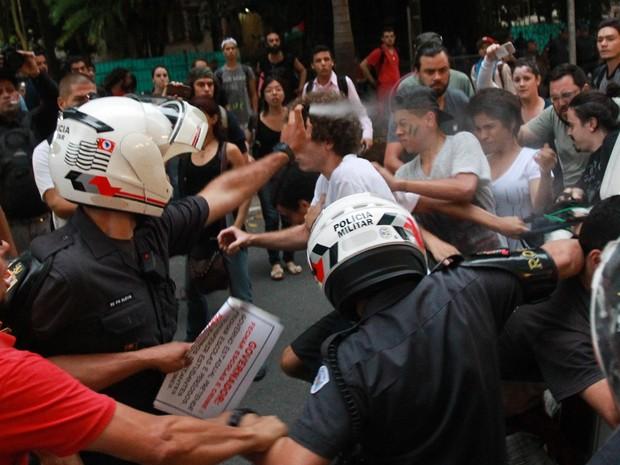 PM joga spray de pimenta durante confusão em frente à escola. Foto: Tiago Queiroz/Estadão Conteúdo