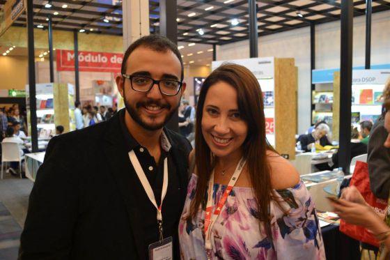 Os escritores Raphael Montes e Paula Pimenta no stand do Brasil.