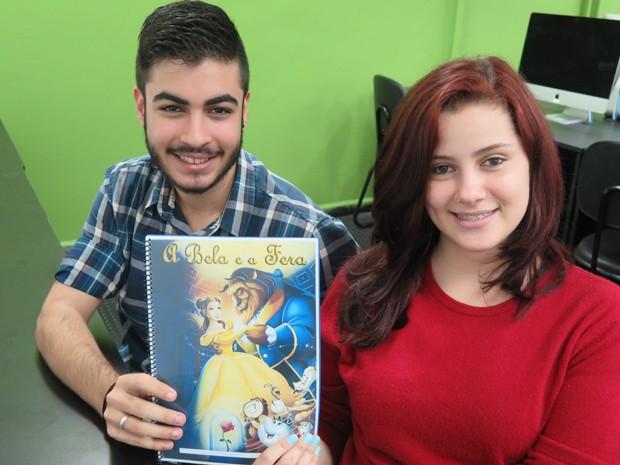 Os namorados Sidney e Paula fizeram um livro infantil em realidade aumentada. Foto: Mariane Rossi/G1.