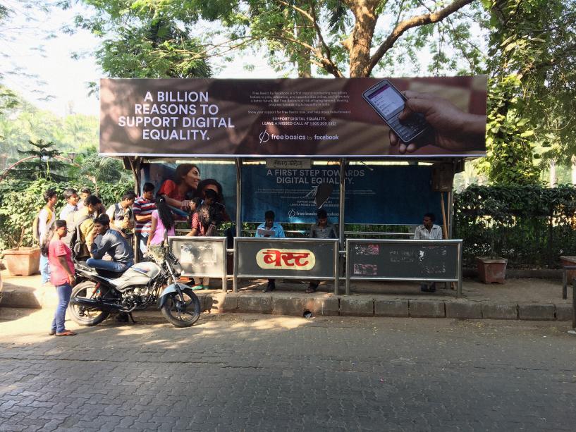 """""""O Free Basics, do Facebook, é um primeiro passo para conectar um bilhão de indianos a empregos, educação e oportunidades online, e no final das contas a um futuro melhor. Mas o Free Basics está em risco de ser banido, desacelerando o progresso para a igualdade digital na Índia."""" — outdoor pede para pessoas fazerem ligações para apoiar a iniciativa do Facebook."""