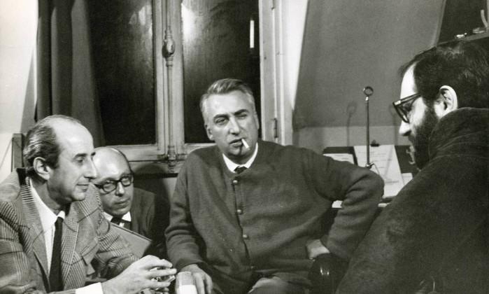 Da direita para a esquerda, Umberto Eco, Giulio Macchi e Roland Barthes - Agência O Globo