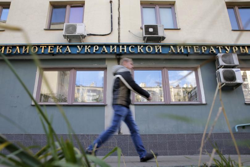 """Um homem pasa pela biblioteca de literatura ucraniana em Moscou, Rússia, 29 de outubro de 2015. A diretora da biblioteca, Natalya Sharina, está atualmente sob prisão domiciliar acusado de distribuir propaganda """"anti-russa"""" e incitar o ódio étnico. Foto: Reuters."""