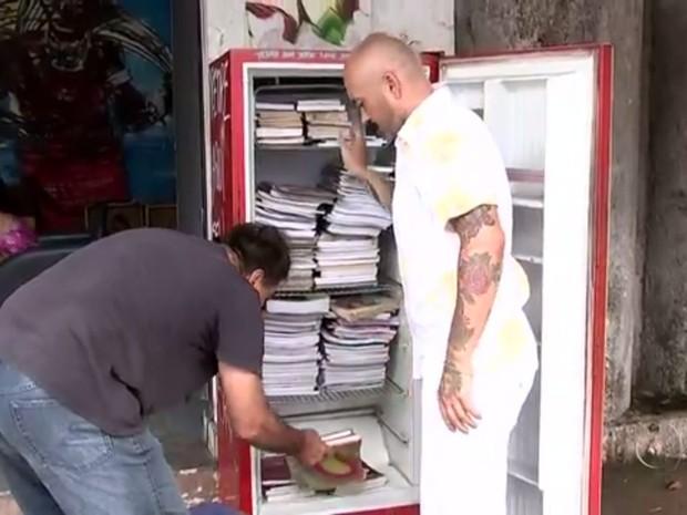 Geladeira é usada para deixar livros em bairro de Rio Preto (Foto: Reprodução / TV TEM)