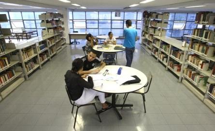 Luiz de Bessa – Biblioteca no entorno da Praça da Liberdade também serve de ponto de encontro de estudantes