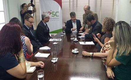 Representantes da Biblioteconomia e MP/SC assinam termo de cooperação. Foto: Facebook CRB14
